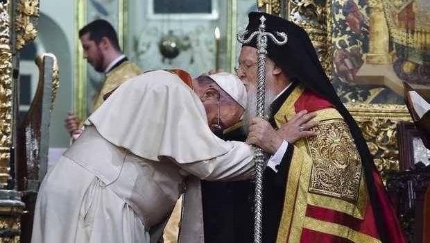 a Patriarch blesses Pope 620x350