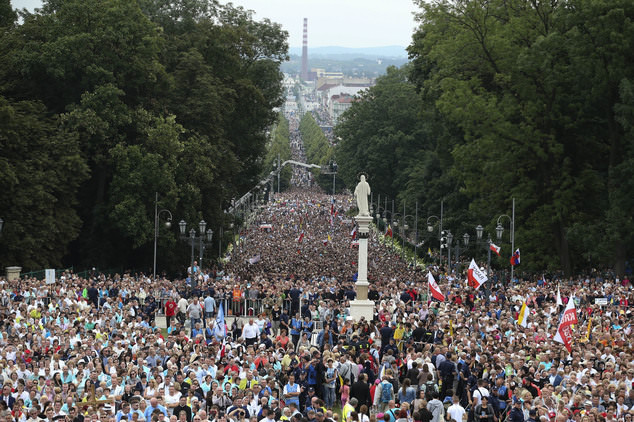 a million Poles pray along their 2000 mile border